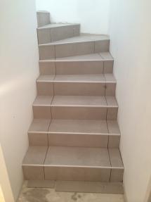 Carrelage clair sur escalier